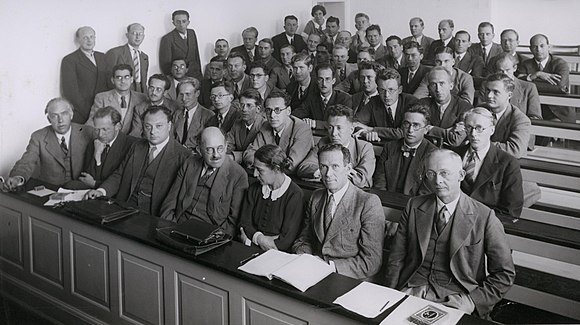 580px-Bohr_Heisenberg_Pauli_Meitner_u.a._1937_(cropped)